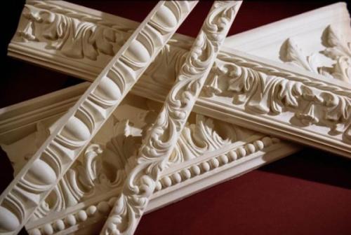 Дерево - самый благородный материал для изготовления потолочных плинтусов.