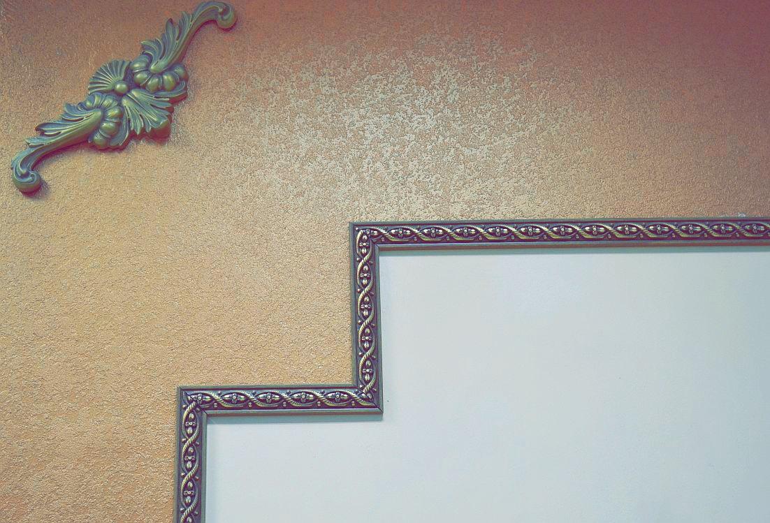 молдинги на стене